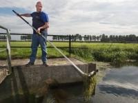2014-peilbeheerder-schept-vuil-uit-water